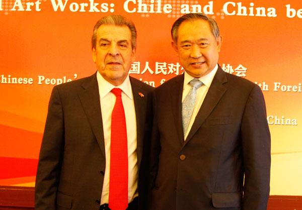 李若弘向智利前总统赠书介绍中国NGO