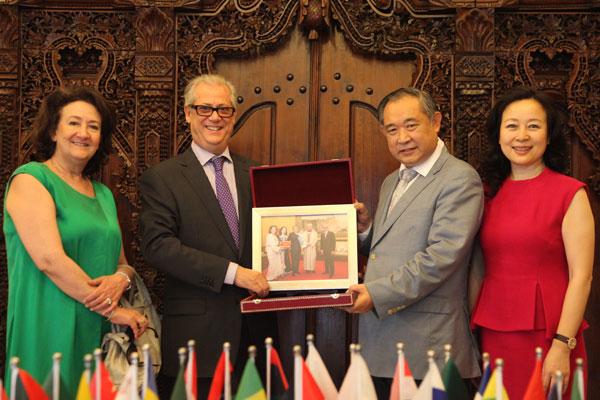 摩大使亲送摩洛哥国王与李若弘合影给 和苑博物馆