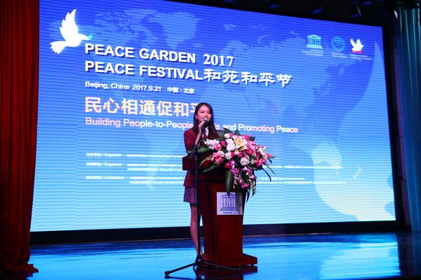 北京加拿大国际学校11年级的学生Zoe代表与会的青少年致辞