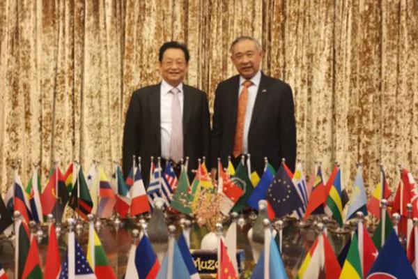 李若弘主席与正大集团谢炳先生举行友好会谈