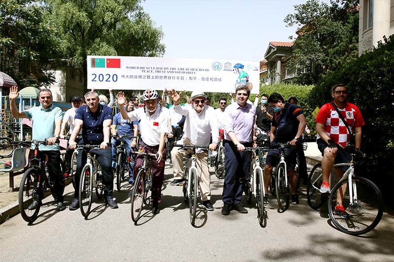 """""""世界自行车日""""骑行活动在北京举行"""