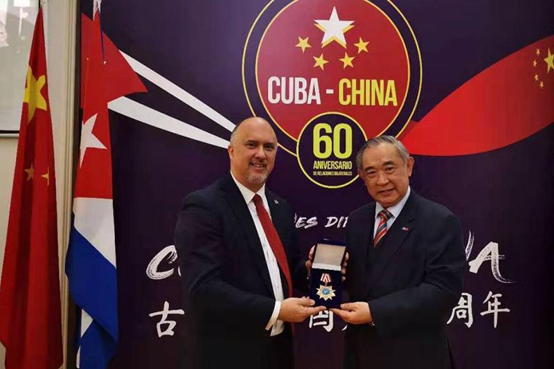 李若弘在古巴使馆为驻华大使和公使授勋