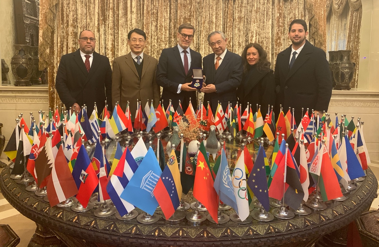 Li Ruohong Met and Presented Award to Venezuelan Ambassador and his Delegation in Peace Garden
